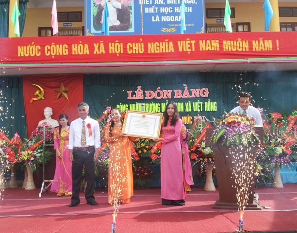 Ba Nguyen Thi Hien- Pho Giam doc So GD&dT trao bang cong nhan truong mam non dat chuan quoc gia